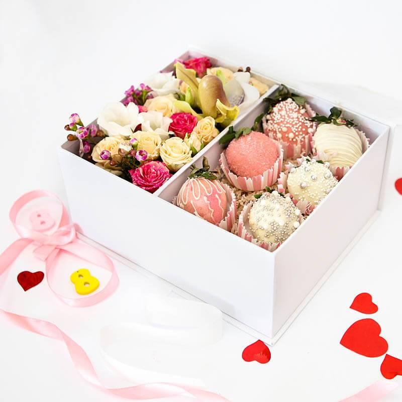 Клубника в шоколаде с цветами в коробке