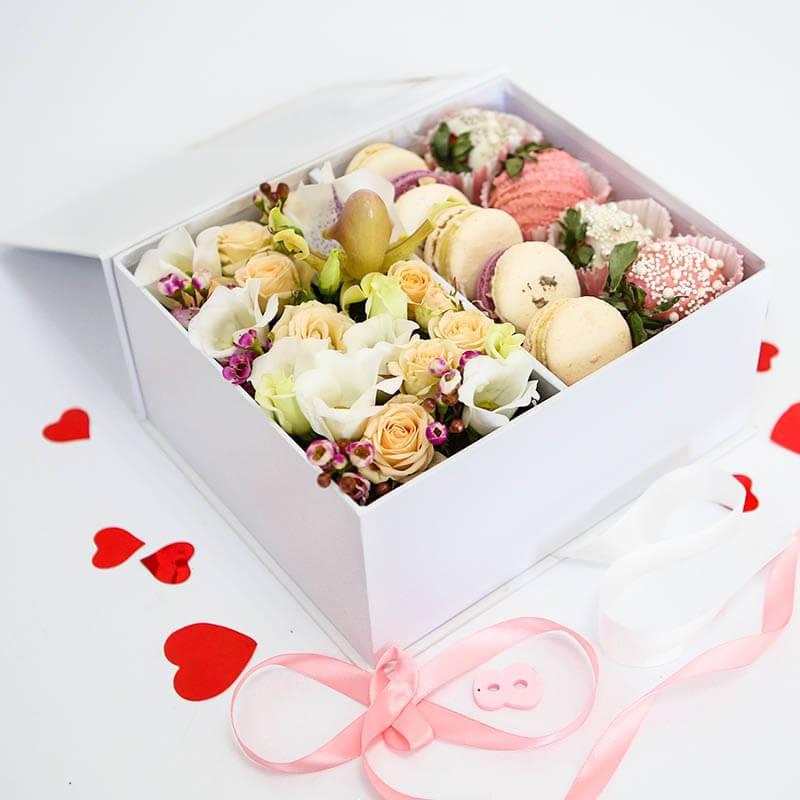 Цветы, макаронс и клубника