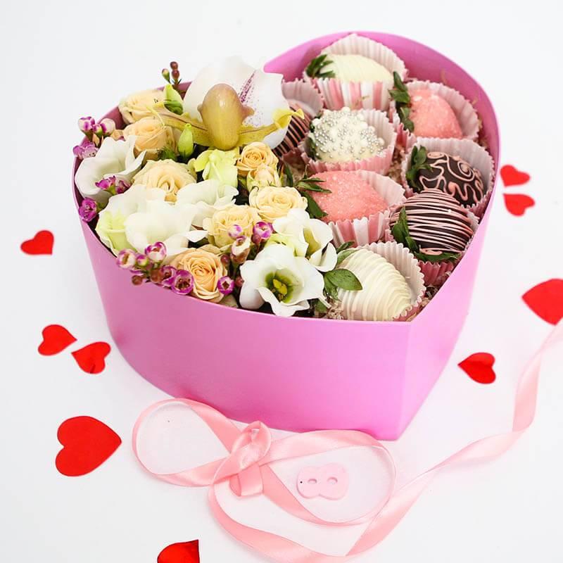 Клубника в шоколаде в коробке сердце