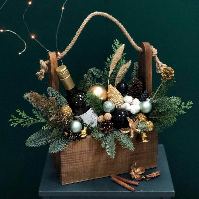Новогодняя композиция из живой ели в ящике для вина