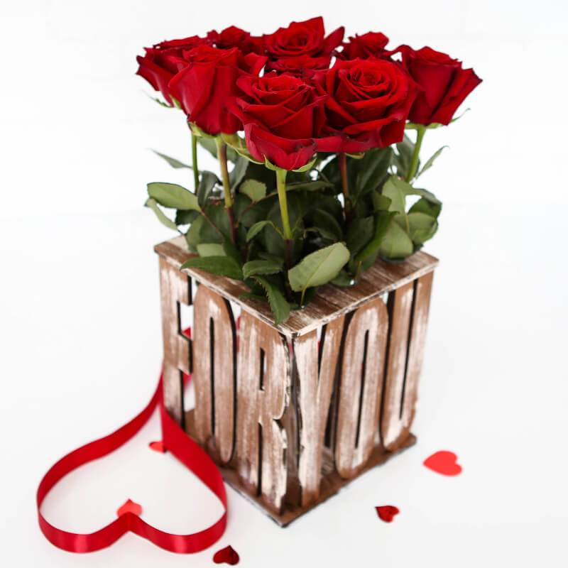 Композиция из роз в деревянном ящике