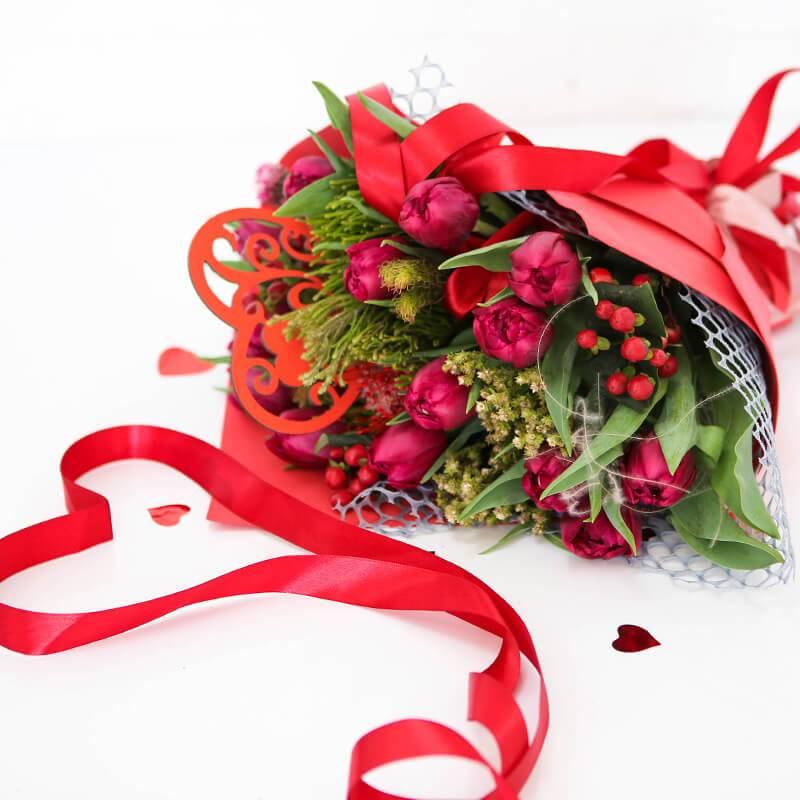 Букет с тюльпанами и экзотическими цветами