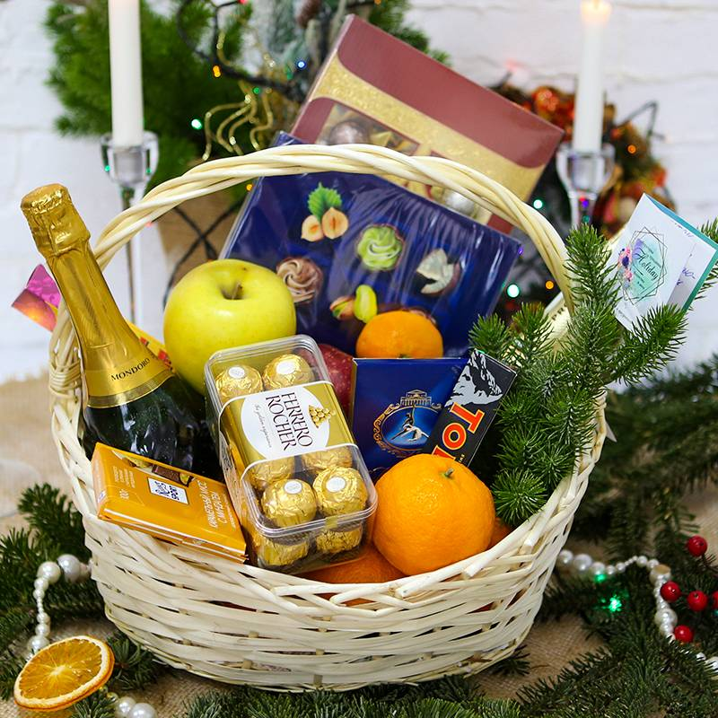 Подарочная корзина с фруктами конфетами и шампанским