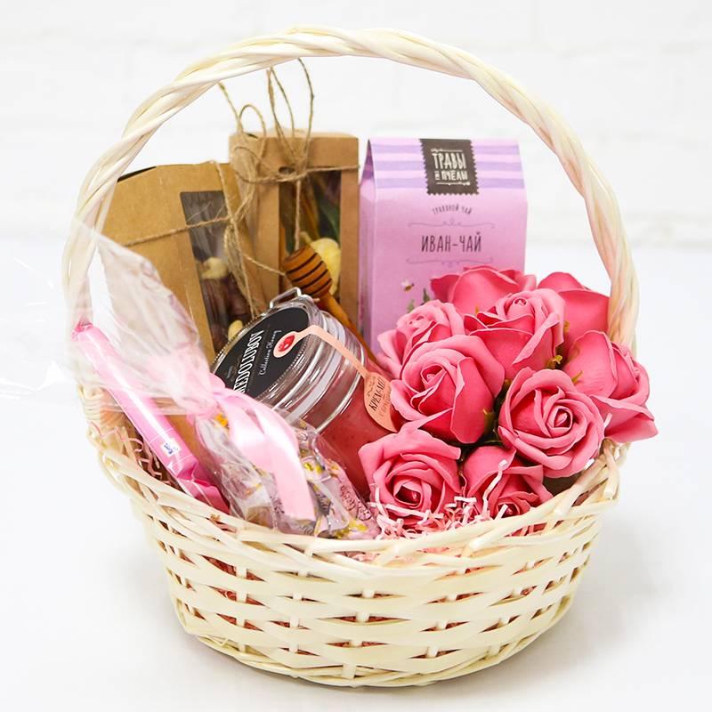 Подарочная корзинка с мыльными розами и сладостями