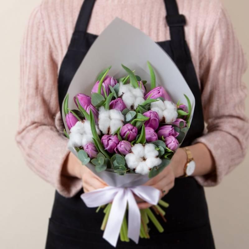 Сиреневые пионовидные тюльпаны и хлопок