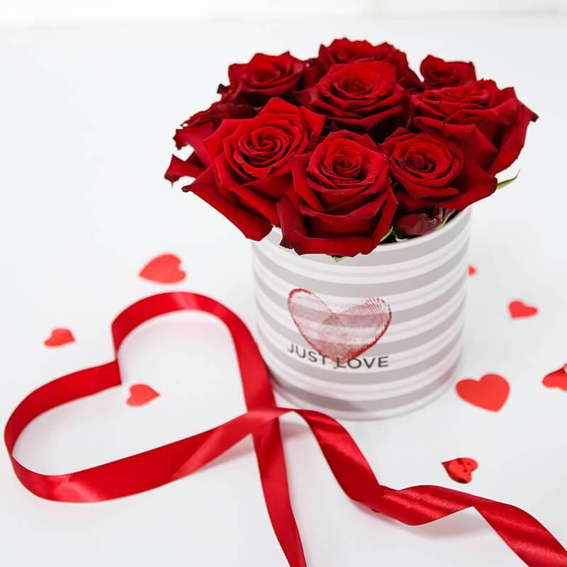 Красные импортные розы в шляпной коробке