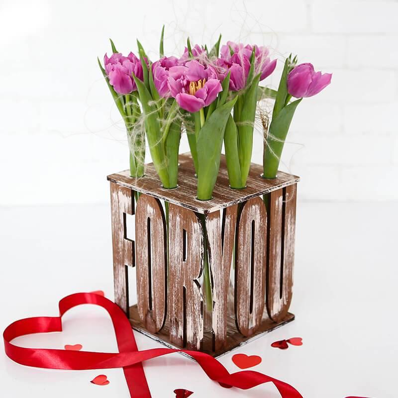 Стильный букет из тюльпанов в деревянном ящике с колбами