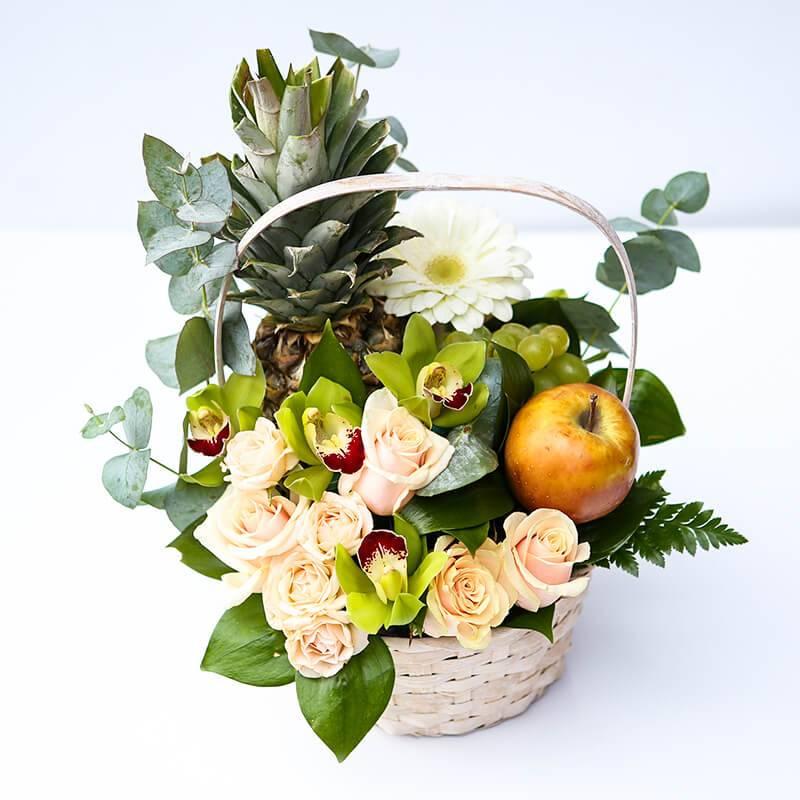 """Подарочная корзина с фруктами и цветами """"Тропик"""""""