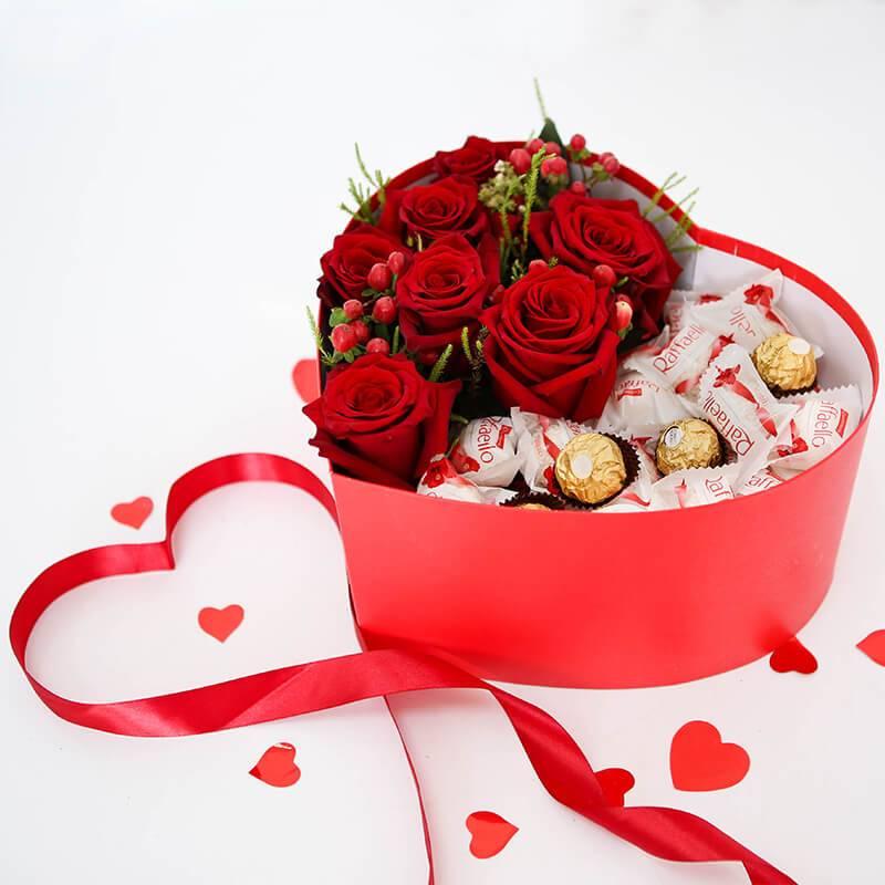 Коробка сердце с красными розами и конфетами