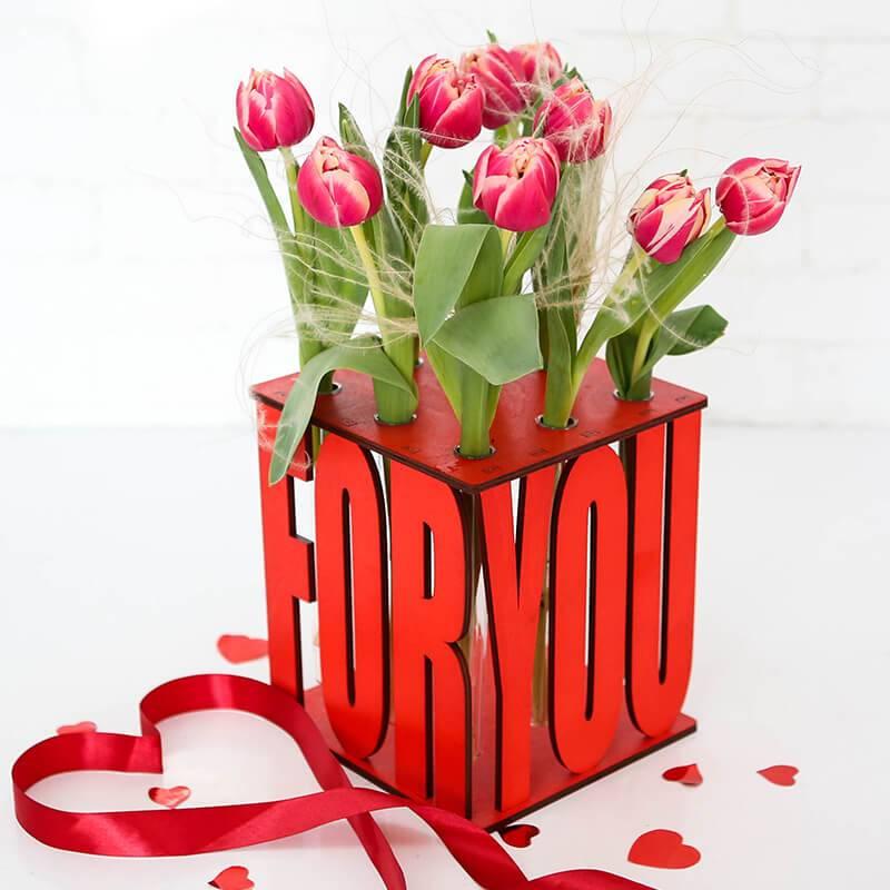 Тюльпаны в деревянном ящике с колбами