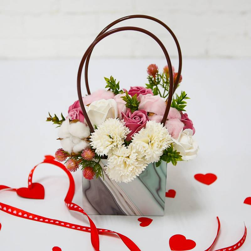 Композиция  сумочка из мыльных цветов