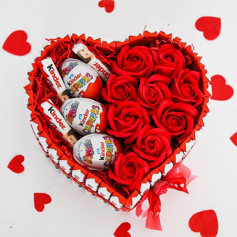 Сердце из киндер шоколада с мыльными розами