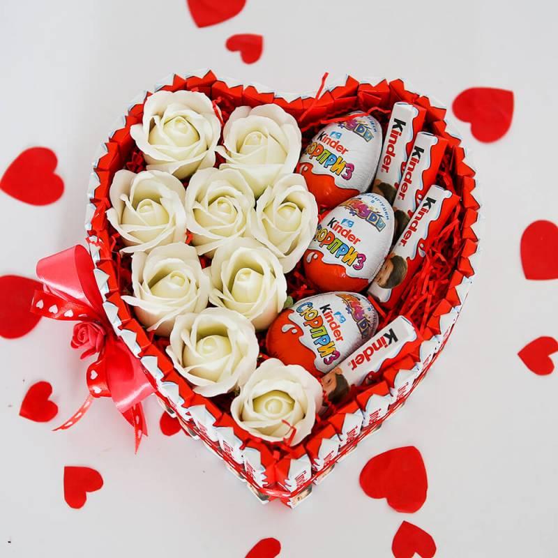 Сердце из киндер шоколада с белыми мыльными розами