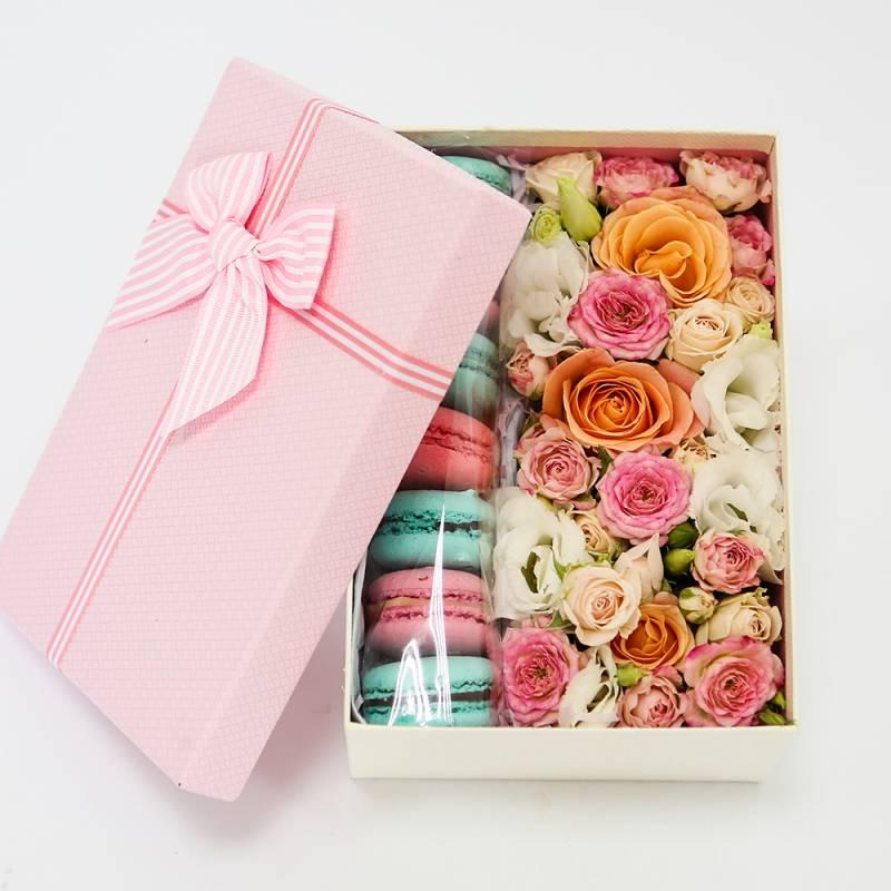 Макаронс с розами в коробке