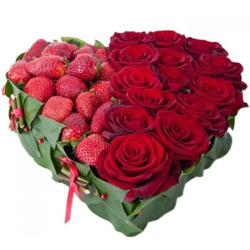 Композиция из роз с клубникой