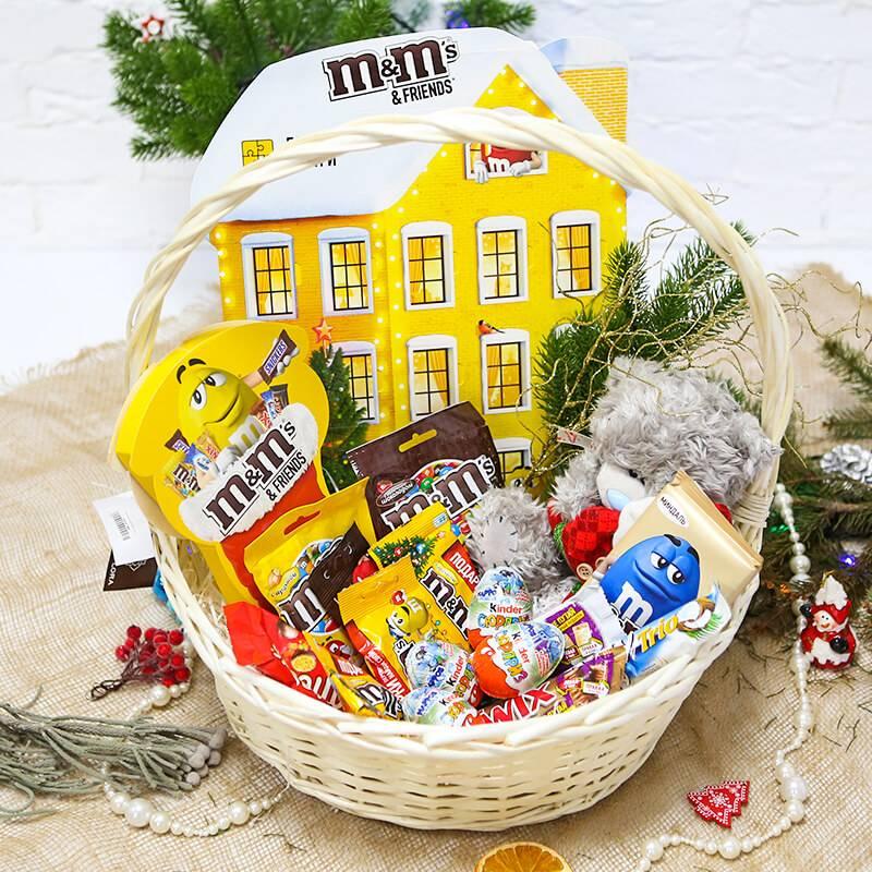 Большая корзина с конфетами и шоколадом на Новый год