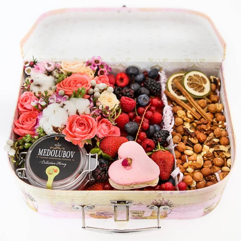 Большой сундук с ягодами и орехами