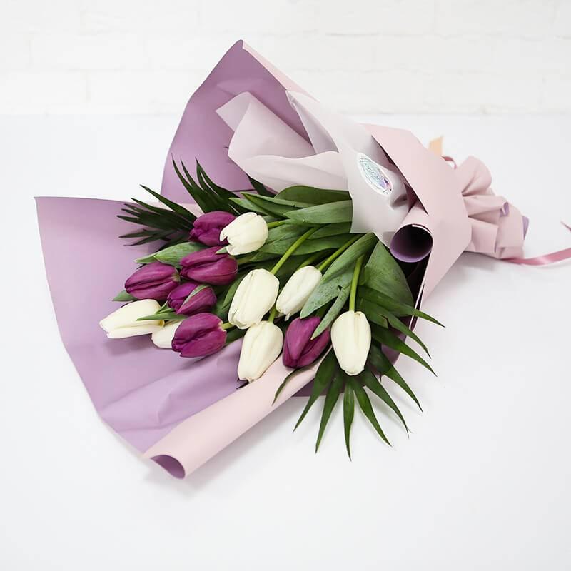 Букет из 13 белых и фиолетовых тюльпанов