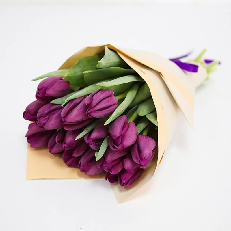 Букет из 15, 17 или 25 лиловых тюльпанов.