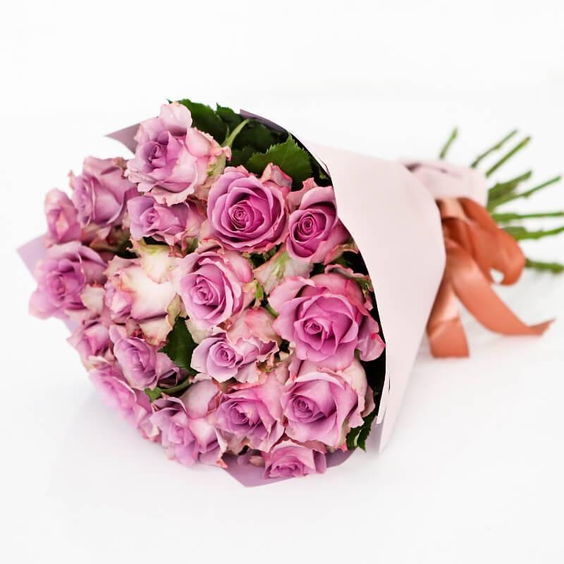 Букет из 19 лиловых роз в крафте
