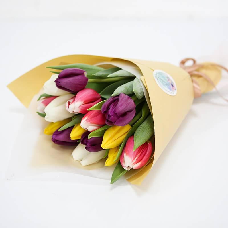Букет из 21 разноцветного тюльпана