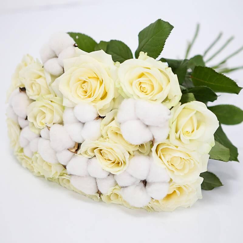 Букет из белых роз с хлопком