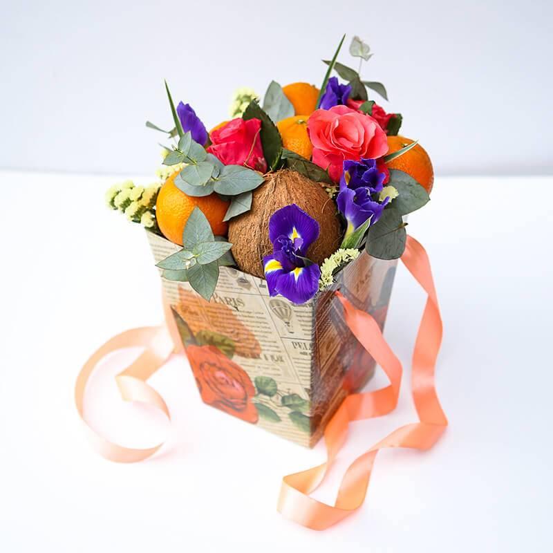 Букет из фруктов и цветов в коробке