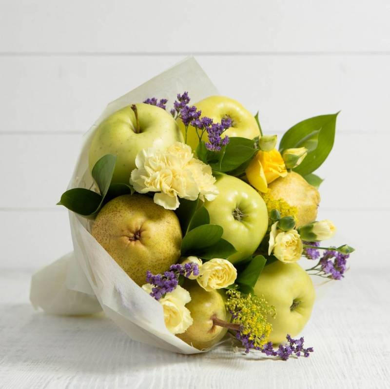 """Букет из фруктов и цветов """"Весенняя сказка"""""""