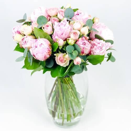 Букет из пионов и мелкоцветных роз