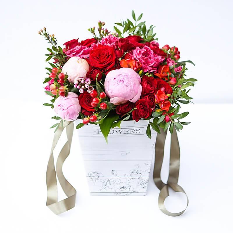 Букет из роз и пионов в коробке