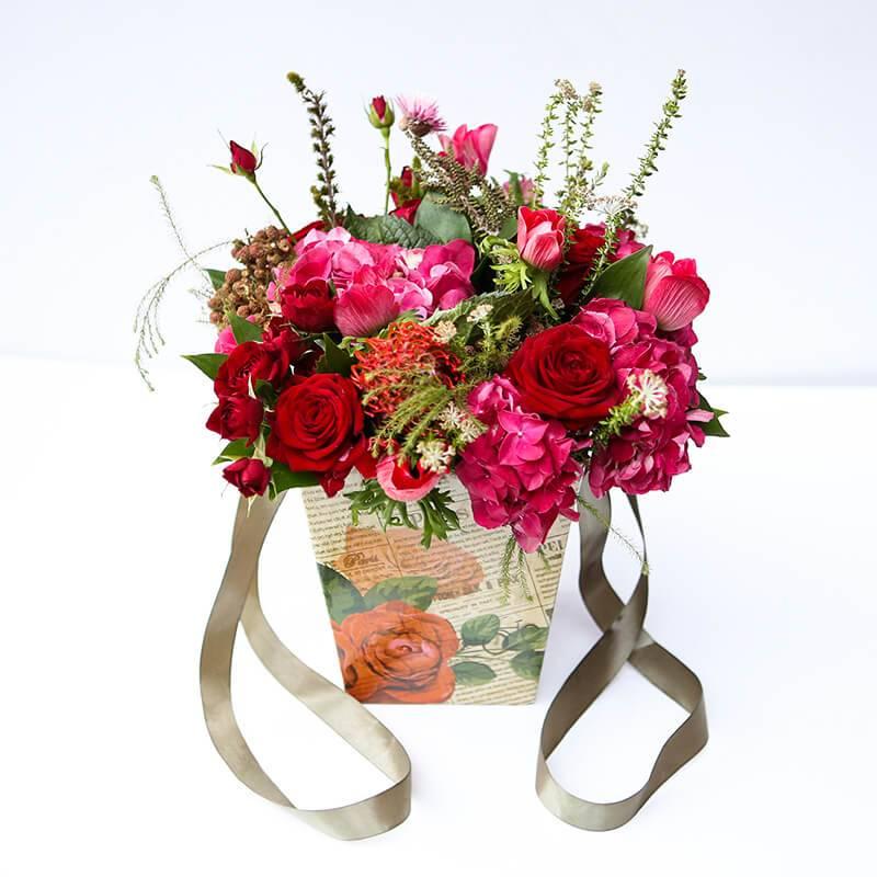 Букет из роз в коробке с экзотическими цветами и розами