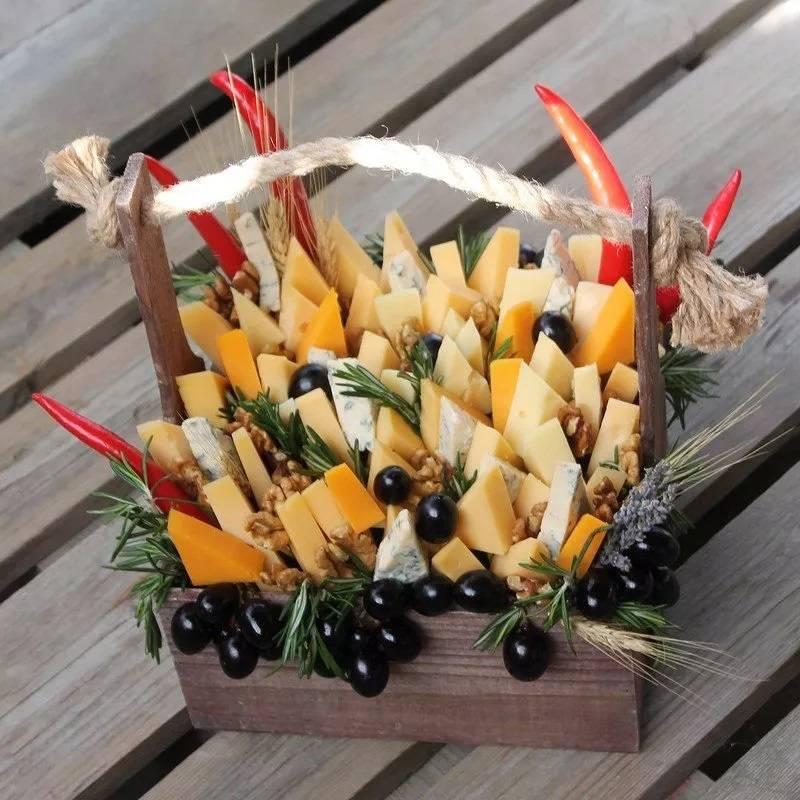 Букет из сыра в деревянном ящике