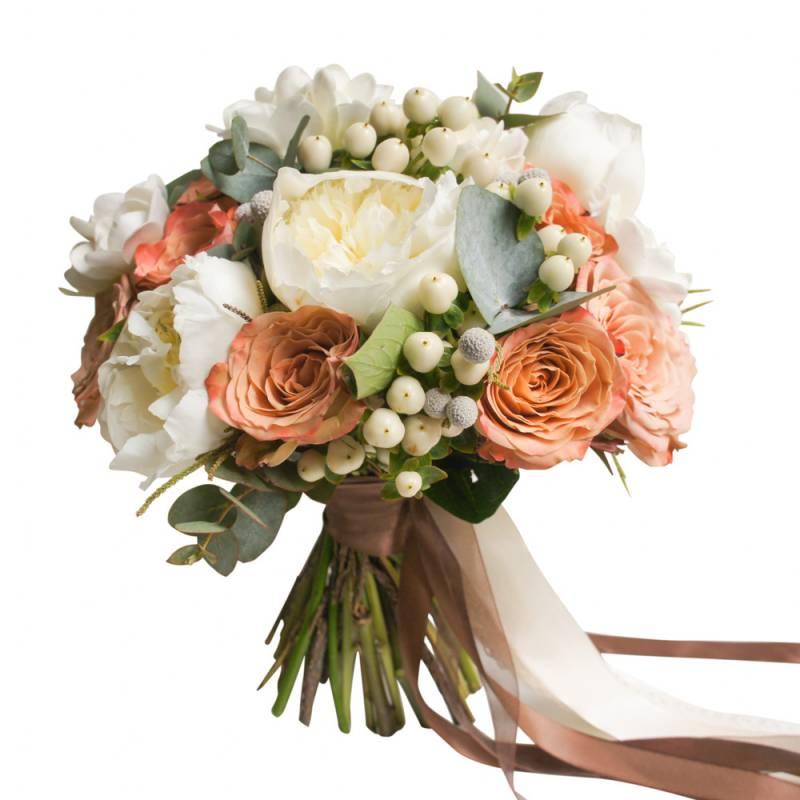 Букет невесты с белыми пионами и кофейными розами