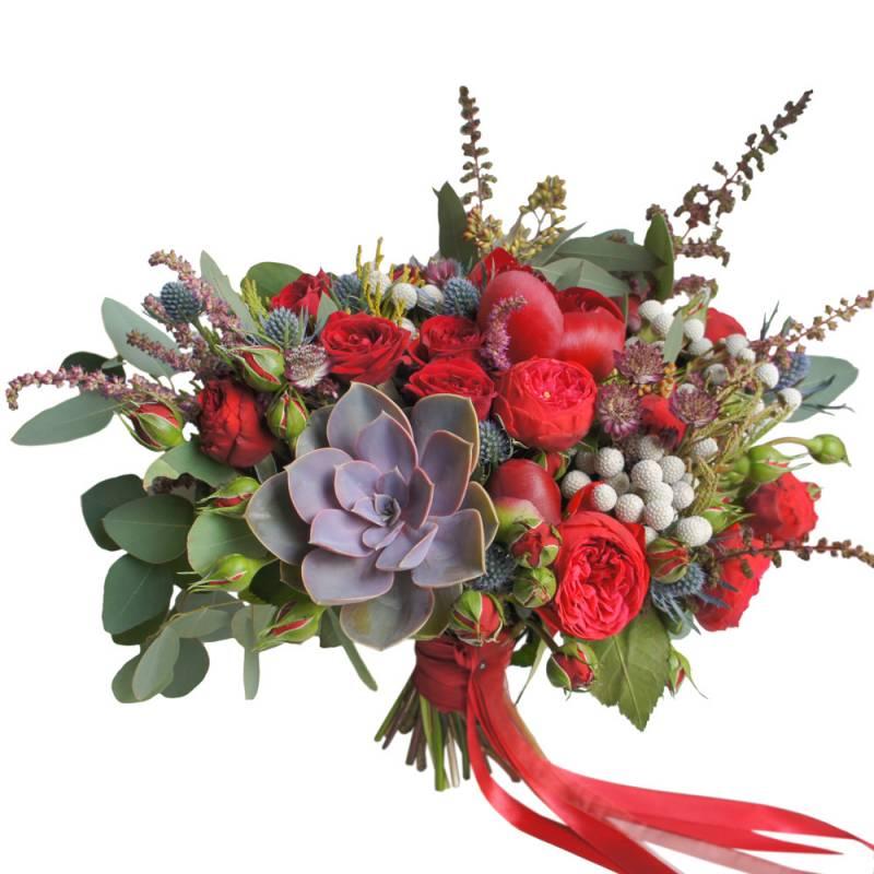 Букет невесты с пионами, бордовыми розами и суккулентом