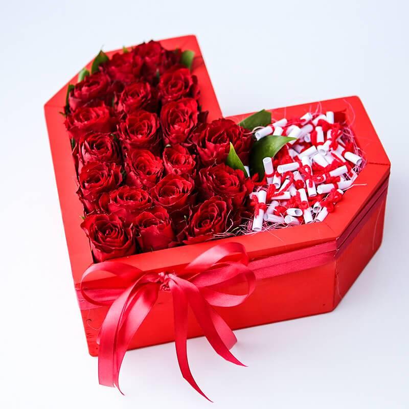 Букет в форме сердца с розами в деревянном ящике.
