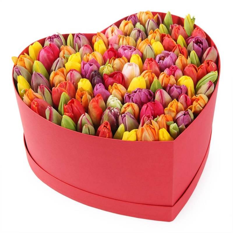 """Букет в шляпной коробке «Моё сердце"""" махi. с тюльпанами"""