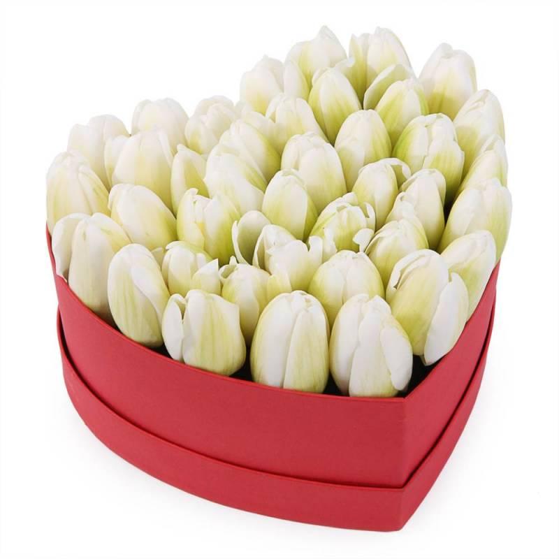 Букет в шляпной коробке с белыми тюльпанами