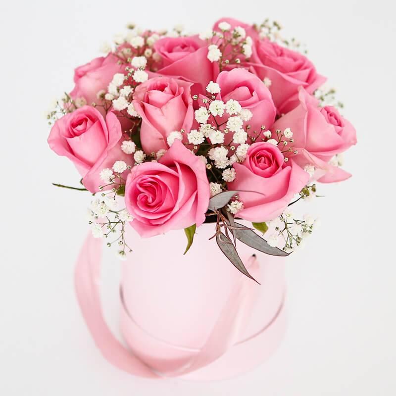 Букет в шляпной коробке с розовыми розами