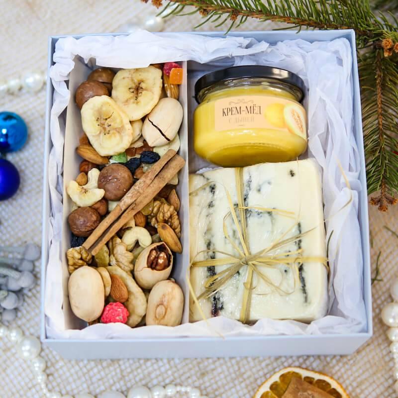 Подарочный набор с медом, сыром и орехами
