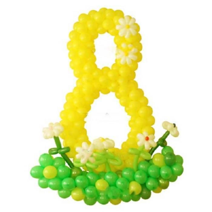 "Цифра ""8 на полянке"", плетённая из шаров"