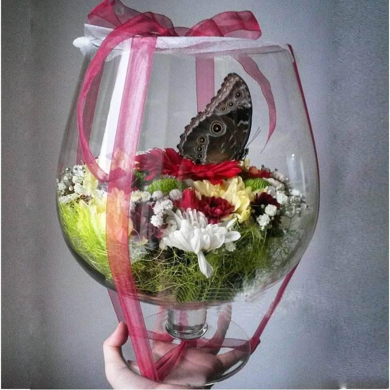 Бокал с цветами и тропической бабочкой