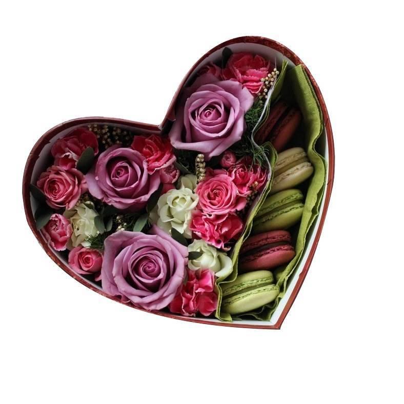Макарон с цветами в сердечке