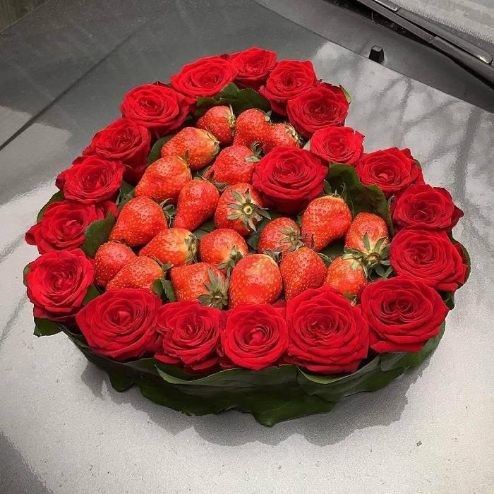 Композиция из роз в форме сердца с клубникой