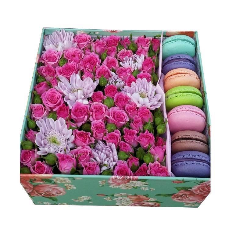 Макаронс с цветами в квадратной коробке