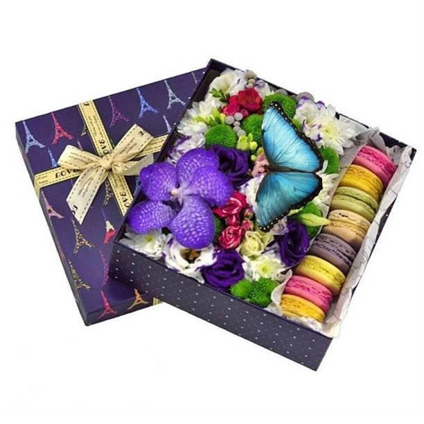 Коробка с цветами, макаронс и тропической бабочкой