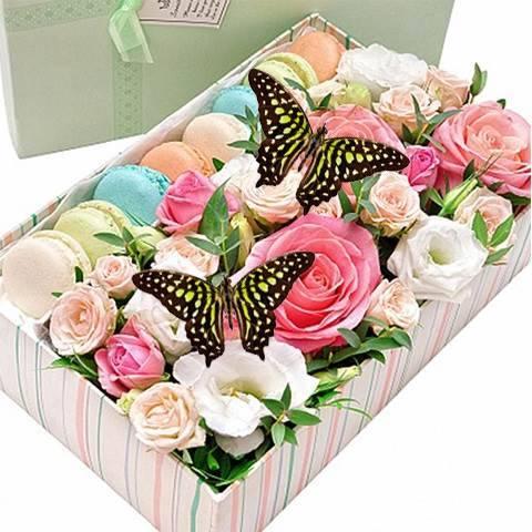 Коробка с макаронс, цветами и тропическими бабочками