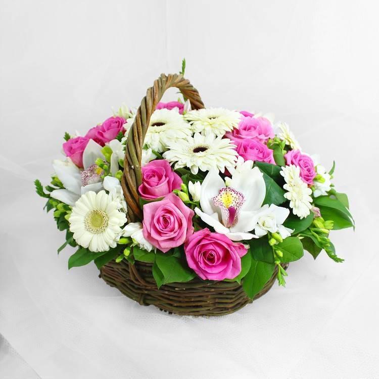 Корзинка с розами и орхидей