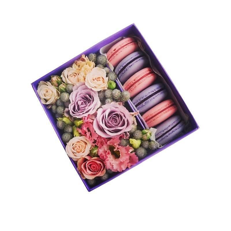 Коробочка с экзотическими цветами и макаронс