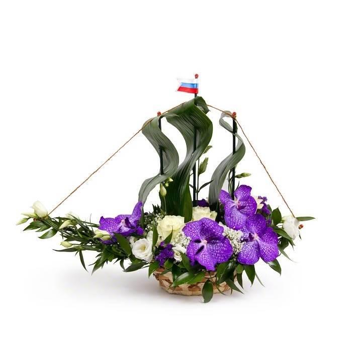 Композиция из цветов с орхидеями