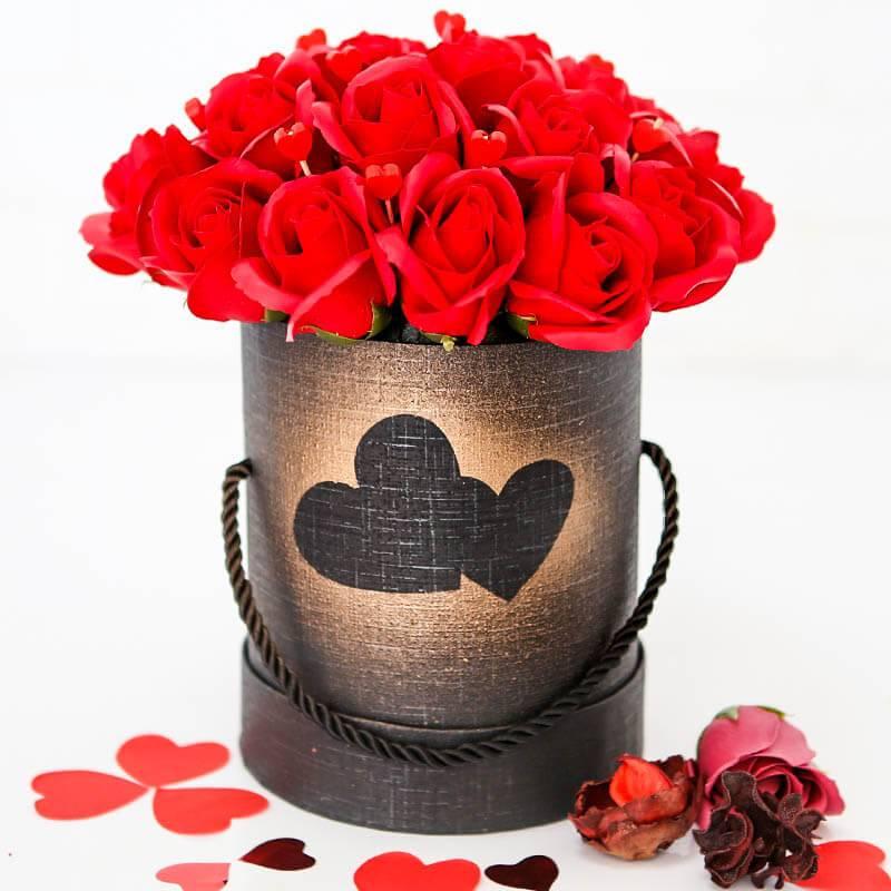 Шляпная коробка розами из мыла